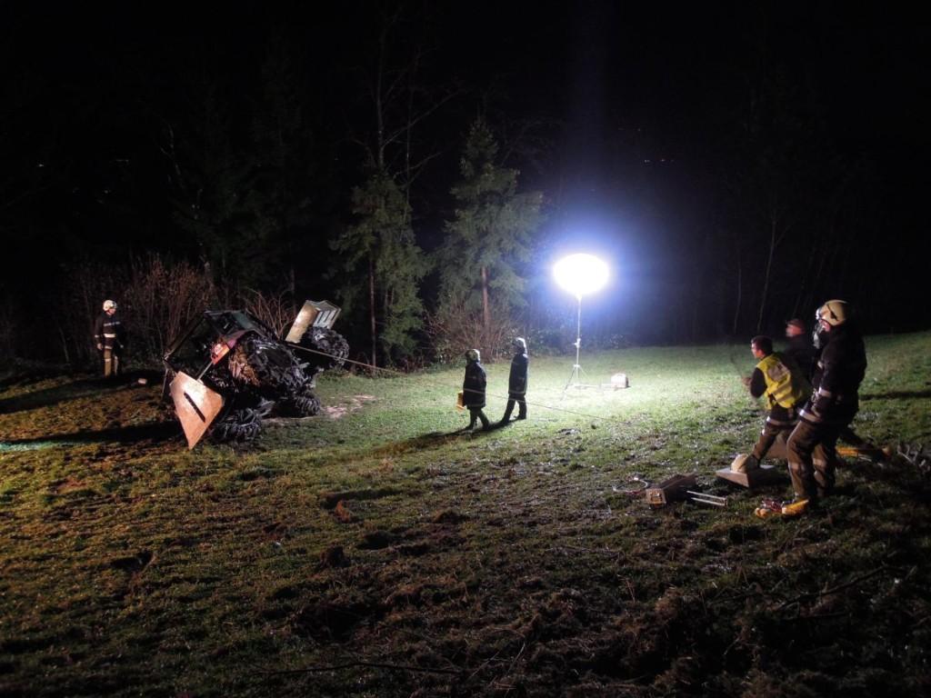 Einsatz 09.12.2015 - Traktorunfall (12)-klein